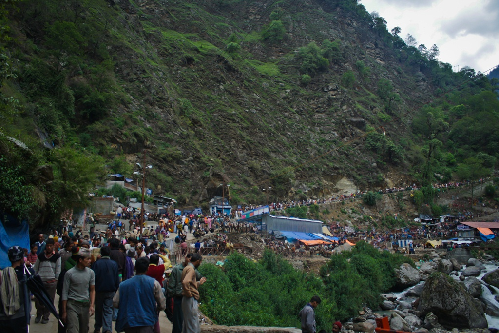 Pilgrims, ponies and the crowd at start of Kedarnath trail