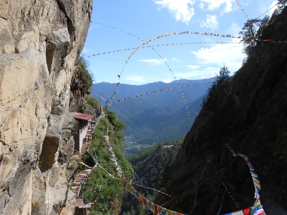 There were these huge prayer flag strung across the cliffs. As I look back, the setting was too surreal to be in.